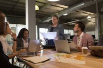 Dirigenti che lavorano in sala conferenze in ufficio — Foto stock