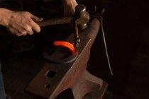 Закри жіночий metalsmith під тиском підкова заводі — стокове фото