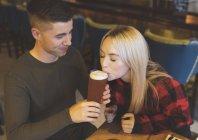 Молода пара, пили пиво в ресторані — стокове фото
