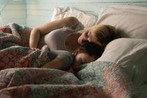 Мать и дочь спят в спальне дома — стоковое фото