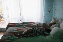 Красива жінка, що спить у спальні будинку — стокове фото