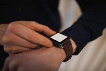Metà sezione di business executive utilizzando smartwatch — Foto stock
