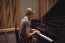 Frau spielt Klavier im Musikstudio — Stockfoto