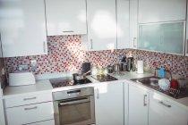 Vista de la cocina moderna en casa - foto de stock