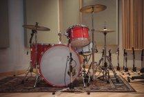 Барабаны в интерьере студии звукозаписи — стоковое фото
