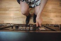 Close-up de engenheiro de áudio usando misturador de som em estúdio de gravação — Fotografia de Stock