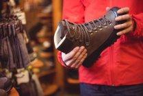 Close-up de homem selecionando sapato em uma loja — Fotografia de Stock