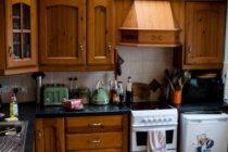 Vista interior de la cocina tradicional con electrodomésticos en casa - foto de stock