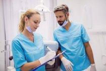 Zahnärzte interagieren in Zahnklinik miteinander — Stockfoto
