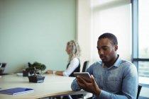 Junge männliche Führungskräfte nutzen digitales Tablet im Büro — Stockfoto