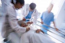 Team von Ärzten, die eine männliche senior Patienten Gesicht im Krankenhaus Sauerstoffmaske aufsetzen — Stockfoto