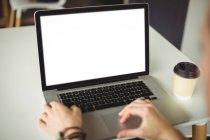 Mujer usando portátil en la cafetería - foto de stock