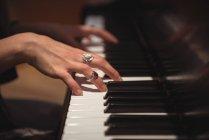 Hände einer Klavierspielerin im Musikstudio — Stockfoto