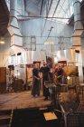Команду формування скла на blowpipe заводі glassblowing митець — стокове фото