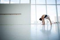 Ballerine pratiquant la danse de ballet en studio de danse — Photo de stock