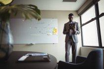 Бізнесмен, використовуючи цифровий планшетний в офісі — стокове фото