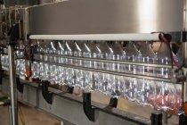Ряд пустых бутылок на производственной линии на соковом заводе — стоковое фото
