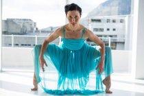 Retrato de bailarina practicando danza contemporánea en el estudio - foto de stock