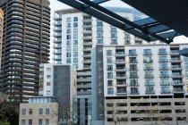 Офісні будівлі в місті з сучасною архітектурою — стокове фото