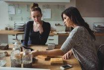 Führungskräfte diskutieren über digitales Tablet im Büro — Stockfoto