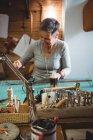 Artisane attentif travaillant à l'intérieur de l'atelier — Photo de stock