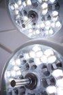 Закри хірургічні світильники в театрі операції в лікарні — стокове фото