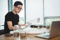 Ejecutivo de negocios mirando el plan en la oficina - foto de stock