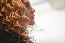 Gros plan de la femme dans le salon de coiffure — Photo de stock
