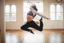 Jeune femme pratiquant la danse hip hop en studio — Photo de stock