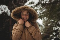 Retrato de mulher sorridente em casaco de pele durante o inverno — Fotografia de Stock