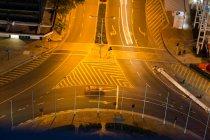 Пташиного польоту міській вулиці вночі з підсвіткою — стокове фото
