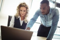 Führungskräfte diskutieren über Laptop im Büro — Stockfoto