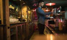 Barista che riempie la birra dalla pompa bar al bancone del bar — Foto stock