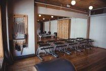 Reformadores de deporte en interior de vacío fitness studio - foto de stock
