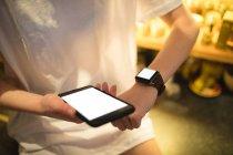 Mittelteil der Frau mit Smartwatch in der Hand — Stockfoto