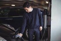 Красенем зарядки машина на електричного автомобіля зарядний — стокове фото