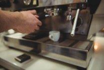 Рука человека, готовящего кофе в кофейне — стоковое фото