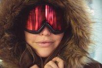 Nahaufnahme einer Frau in Pelzmantel und Skibrille — Stockfoto