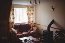 Vista interior da sala de estar moderna vazia durante o dia — Fotografia de Stock