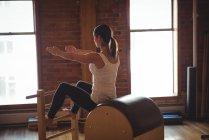 Решительная женщина практикующая пилатес в фитнес-студии — стоковое фото