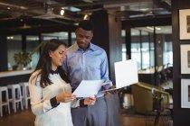 Geschäftsmann und Kollege arbeiten im Büro über digitales Tablet und Laptop — Stockfoto
