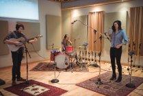 Banda de música tocando no estúdio de música — Fotografia de Stock