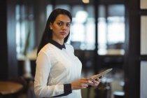 Empresaria usando tableta digital en la oficina - foto de stock