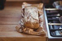 Close-up de pão na mesa de madeira — Fotografia de Stock