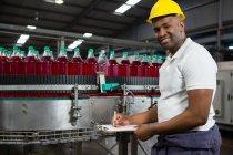 Портрет молоді чоловіки працівник відзначивши заводі — стокове фото