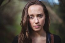 Портрет красивой женщины в лесу — стоковое фото