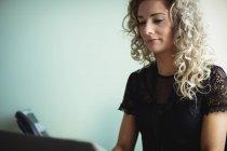 Gros plan sur la femme d'affaires qui travaille au bureau — Photo de stock
