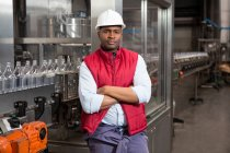 Портрет впевнено чоловік співробітника стоячи лінії виробництва соку заводі — стокове фото