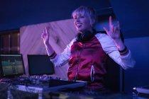 Hübsche weibliche DJ macht Rock-Geste, während Musik in der Bar — Stockfoto