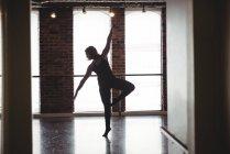 Женщина, практикующая современный танец в танцевальной студии — стоковое фото